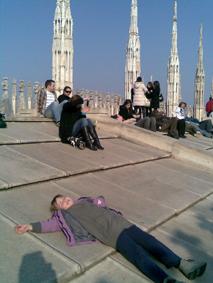 Helemaal bovenop de Duomo. We gingen met de trap, ik weet niet hoeveel treden, dus even tijd om uit te rusten.