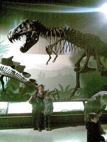Samen met de nieuwe tante in het Natuurhistorisch museum, bij de Tyrannosaurus Rex. Bijna te eng om onder te staan.