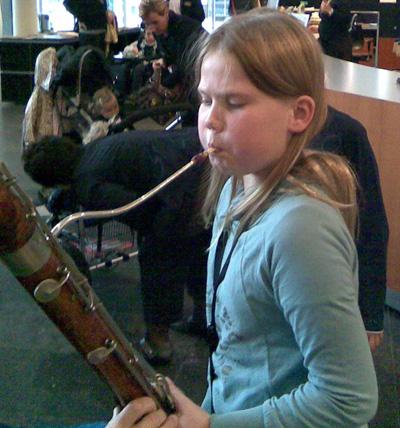 Zo'n fagot is heel groot, maar makkelijker om geluid uit te krijgen dan een hobo.