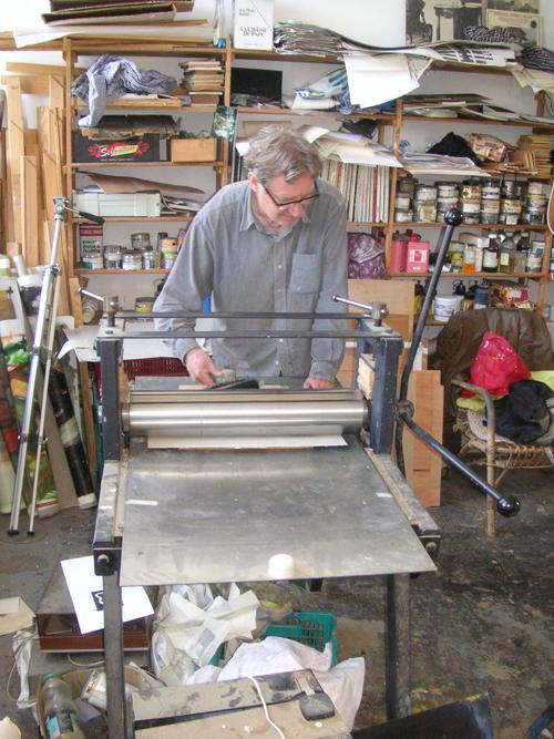 Bij de drukpers in het atelier