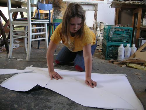 Alma aan het werk in het atelier
